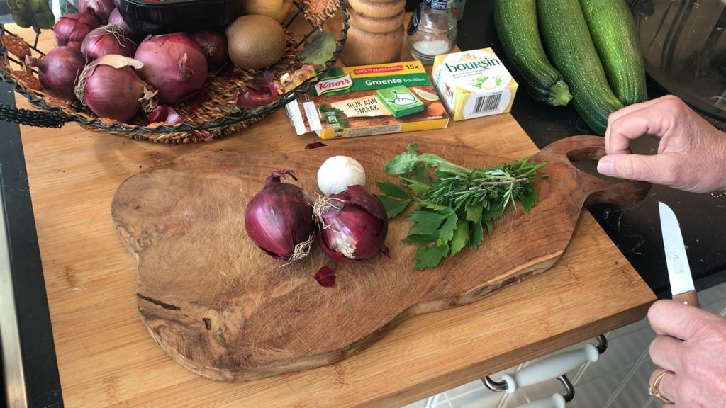 Courgettesoep met Boursin en kruidenboeket uit de tuin