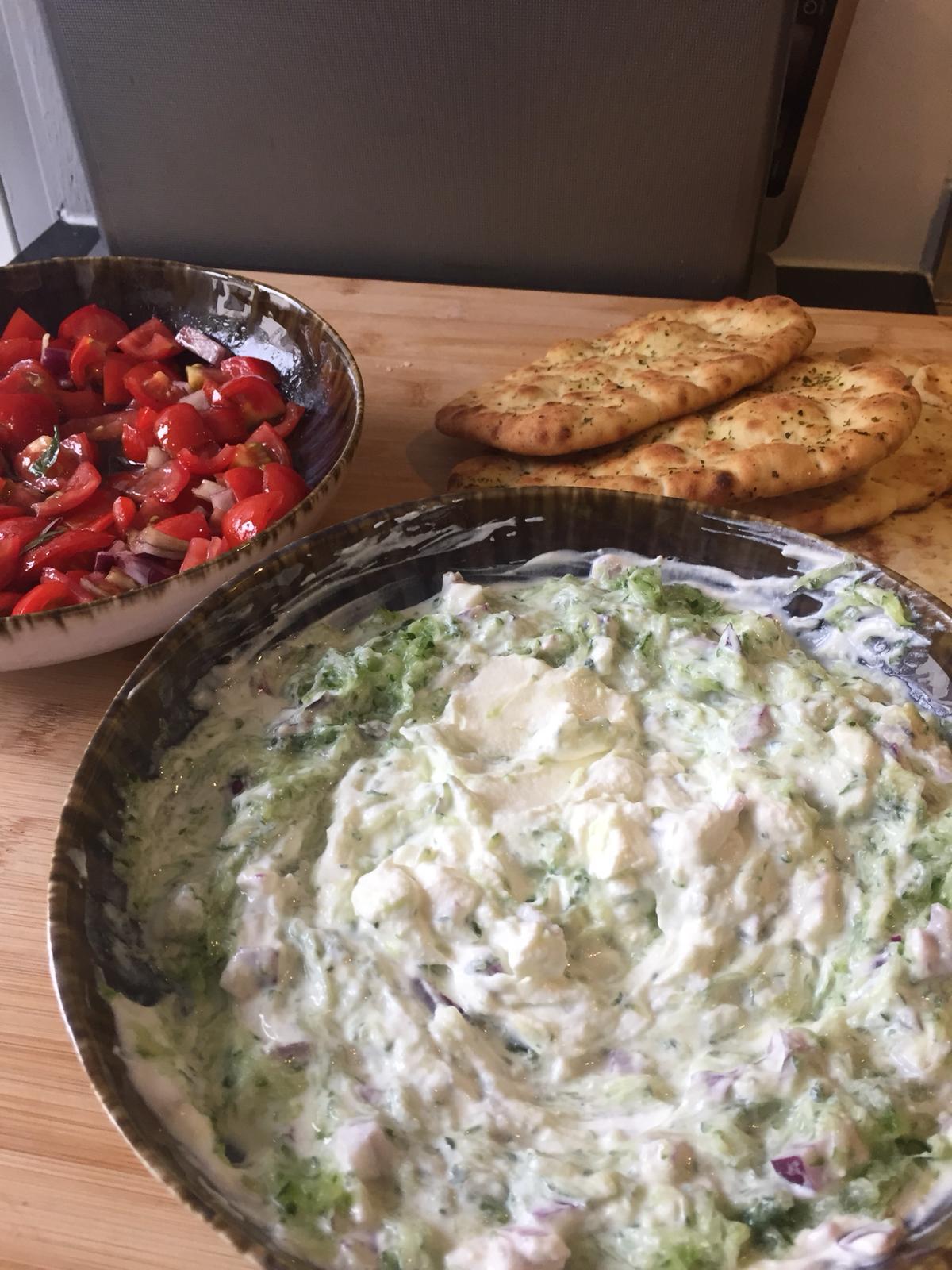 Tomaat met munt, tzatziki en naanbrood